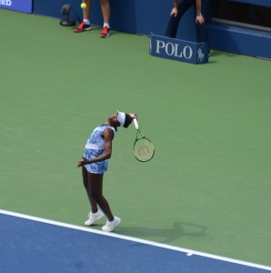 Venus Williams (*80 / USA) - 1st service in a match warm-up - 1 of 8 - toss - 2015 US.Open - NYC